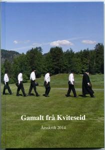 """Omslaget på boka viser presten Zetlitz og """"12 av bygdas beste menn"""" på veg frå gamlekyrkja til Kviteseid gard 15. juni i år då kommunen hadde si store grunnlovsfeiring."""
